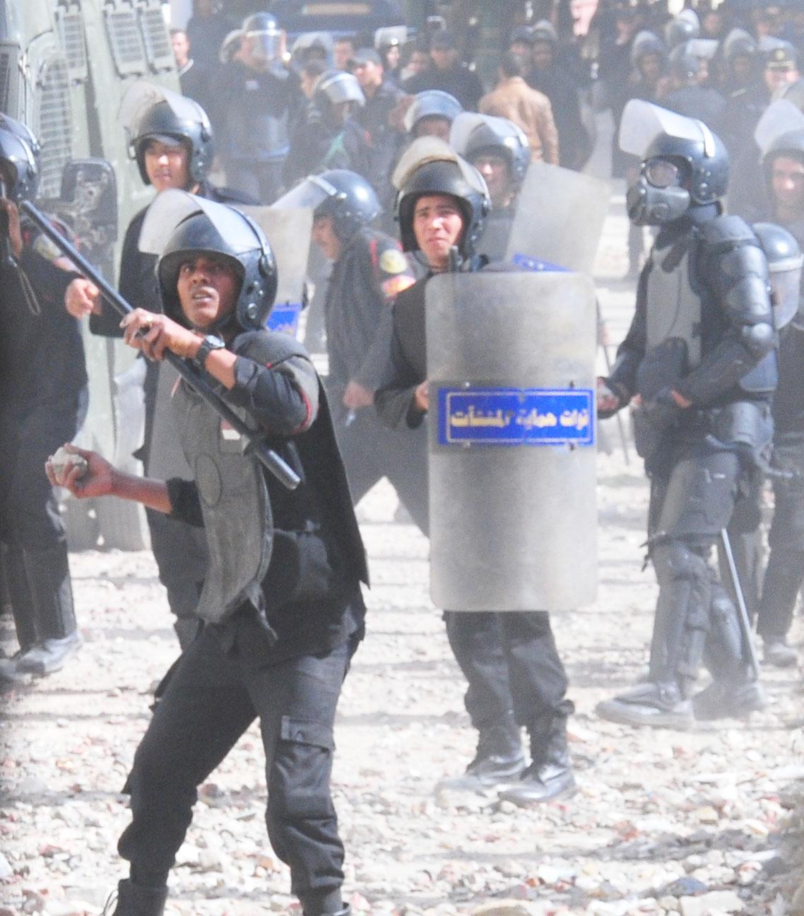 Protester clash with central security forces on Qasr El-Aini Street on 26 January. (DNE/ Ahmad El-Melky)