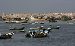 Palestinian fishermen prepare their nets in Gaza City's harbour on October 17, 2012. (AFP Photo / Mahmud Hams)